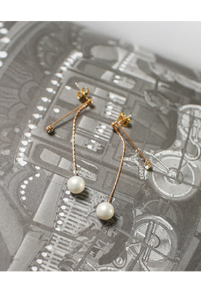 Face small looking olive Pearl earring <br>