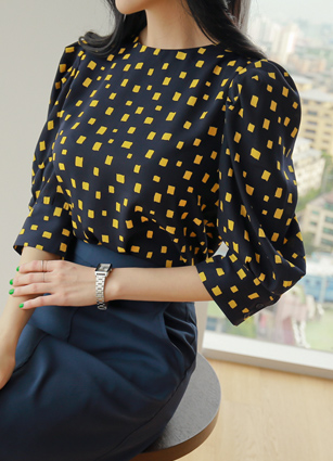 <b><FONT color=#980000>◆ Looks best office!</font></b> <br> Presence Square Puff Blouse <br>