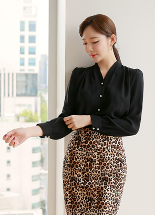 Swan Pearl Button Pinteok Blouse