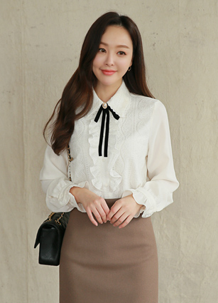 Bly lace frill blouse (brooch set) <br>